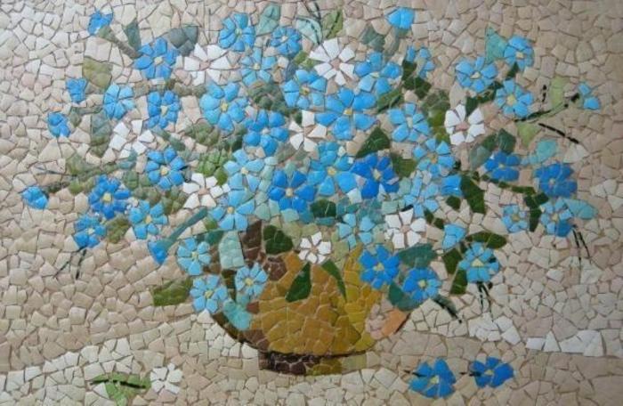 mosaique decorative de morceaux de coquilles d oeufs colorés, fleurs dans un pot de fleur, dessin réalisé avec des coquilles