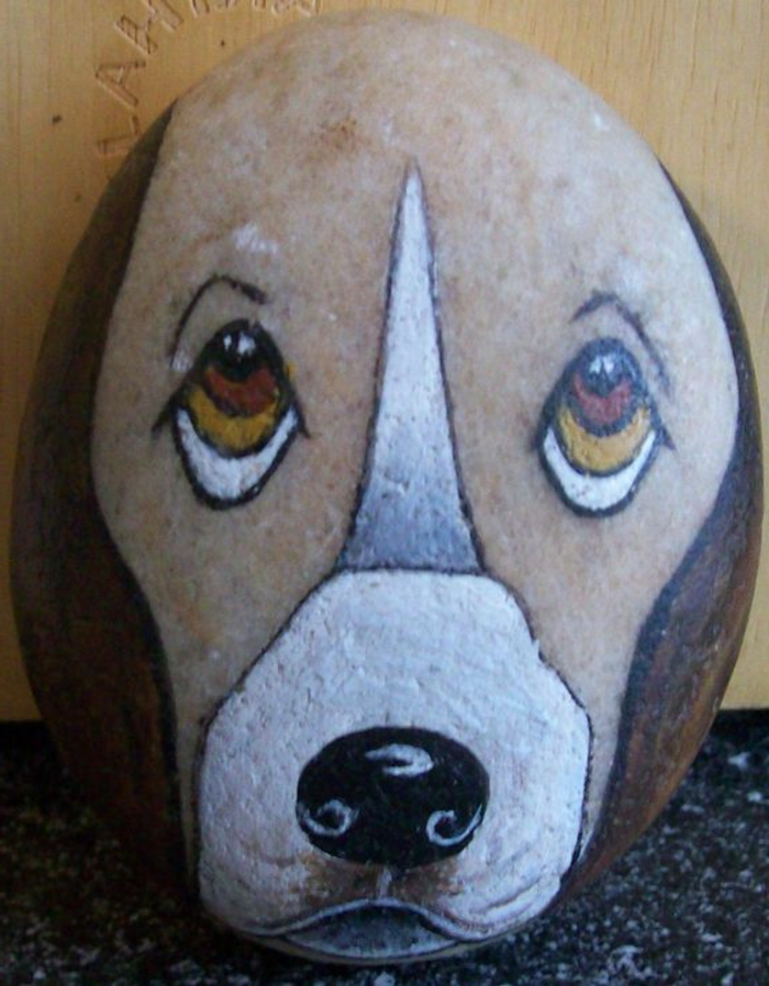 dessin sur galet, tête de chien sur galet