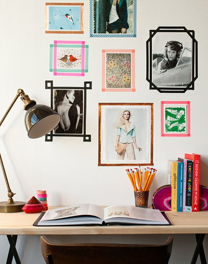 photographies et dessins avec encadrement de washi tape, pele mele, déco murale, au dessus du bureau en bois, chaise en bois, lampe vintage