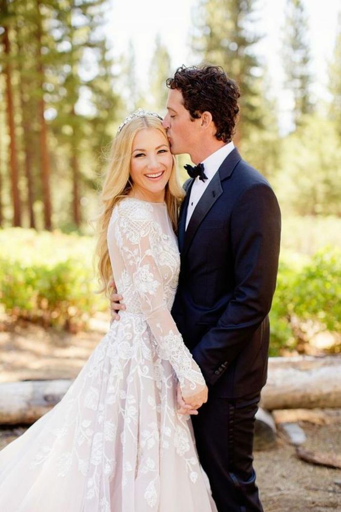 une robe de mariée simple et chic à manches longues, effet dentelle