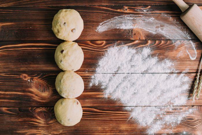 faire des boules dans une pâte, dessert gateau pour paques, recette de brioche tressée