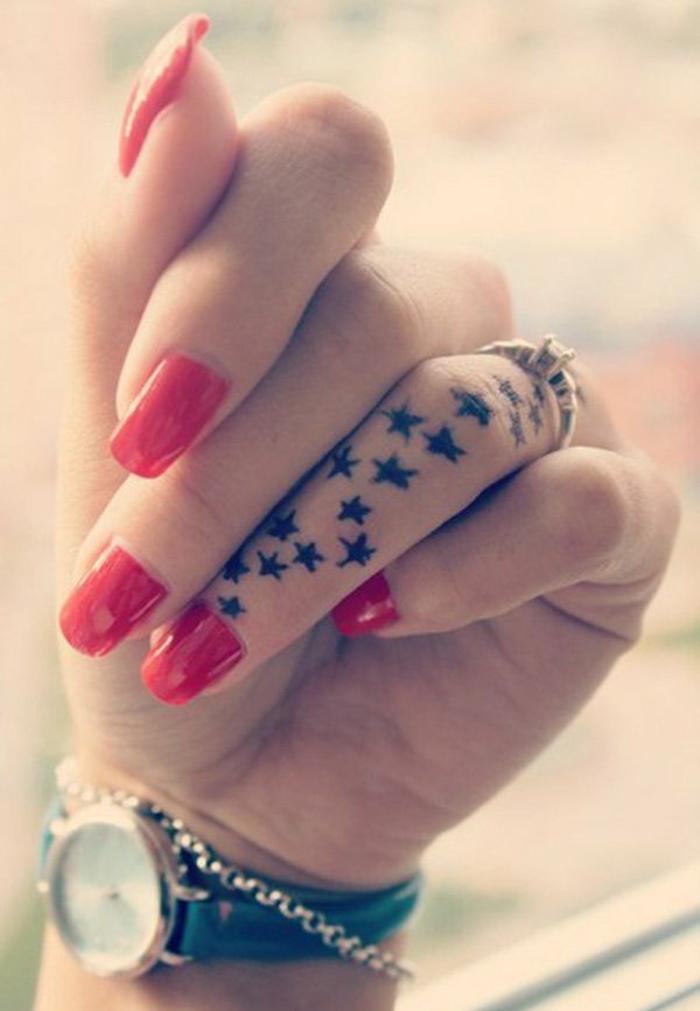 un tatouage sur le doigt qui fait rêver, idée de tatouage pour femme avec petites étoiles