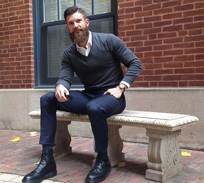 style hipster avec barbe homme et coupe pompadour et doc martens coquées