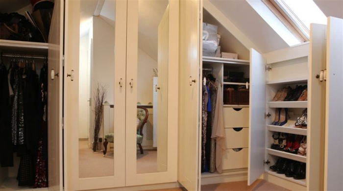 dressing sous pente, placards et armoire, idée de meuble pour ranger ses affaires, miroirs intégrés