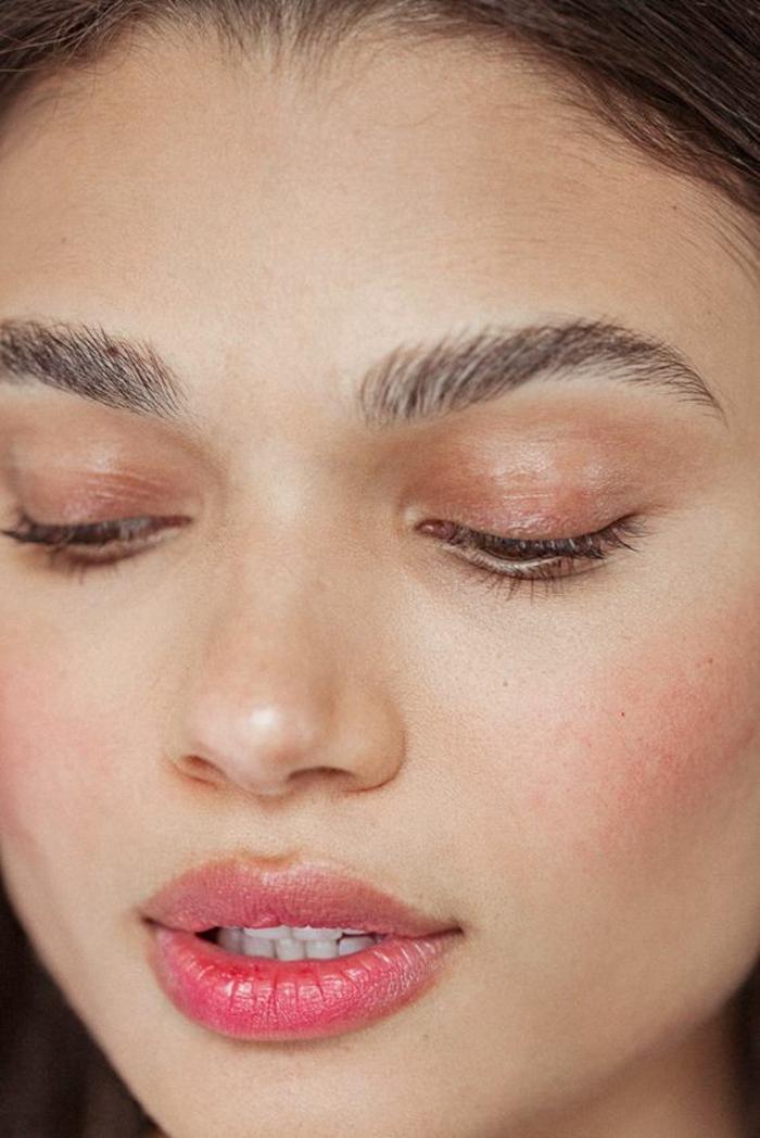 maquillage léger, tendance nude pêche, des lèvres légèrement teintées