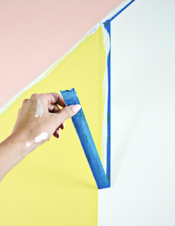enlever les bandes de ruban cache, toile abstraite formes géométriques en rose, jaune, noir et blanc, idée tuto deco, astuce deco fait maison