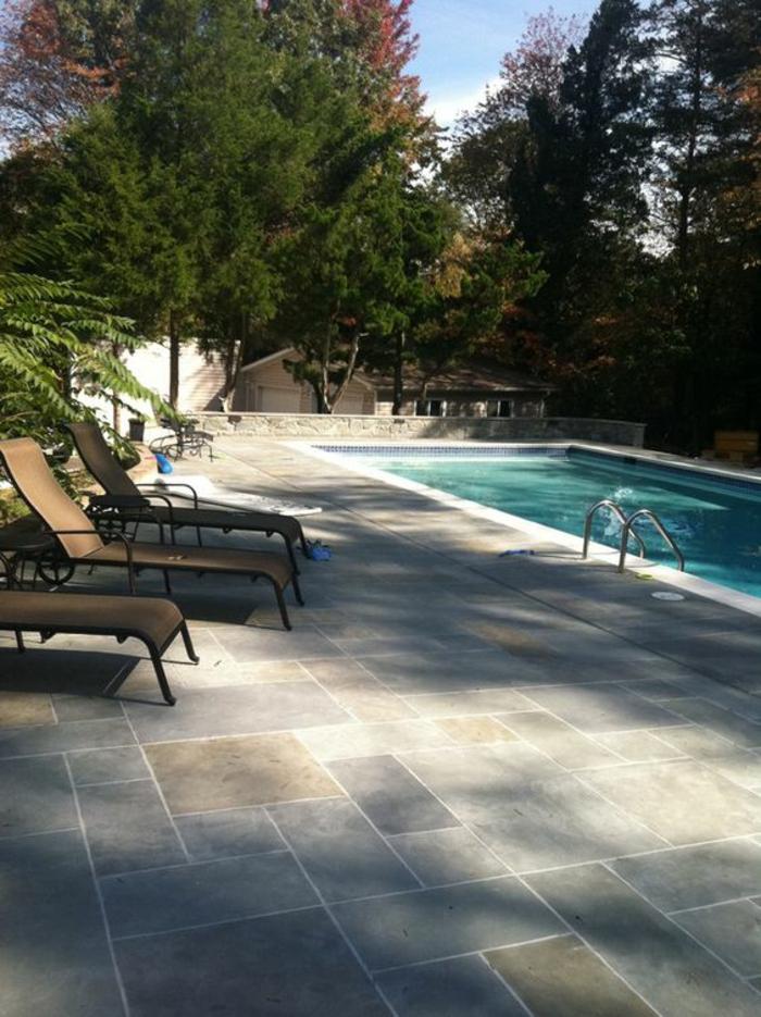 terrasse de piscine en béton, quel revêtement de sol pour un entourage piscine raffiné et résistant