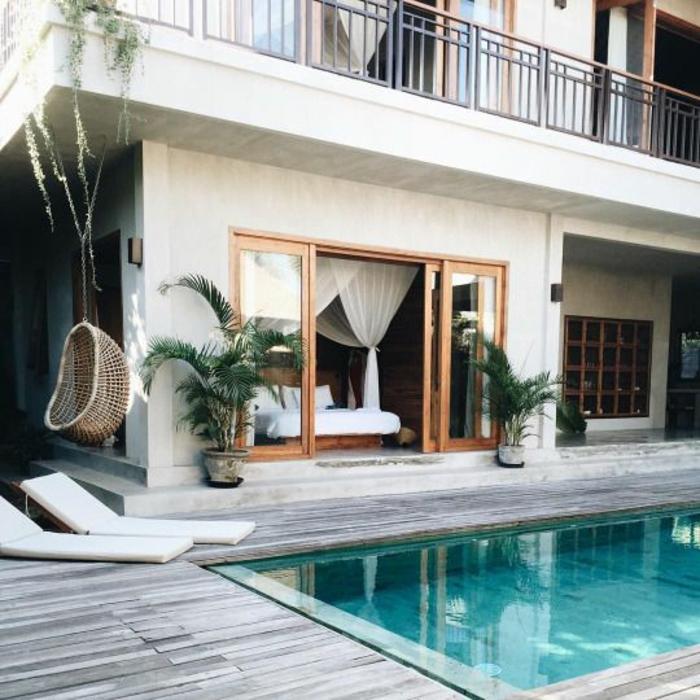 piscine verte et entourage piscine en bois composite aspect vieilli