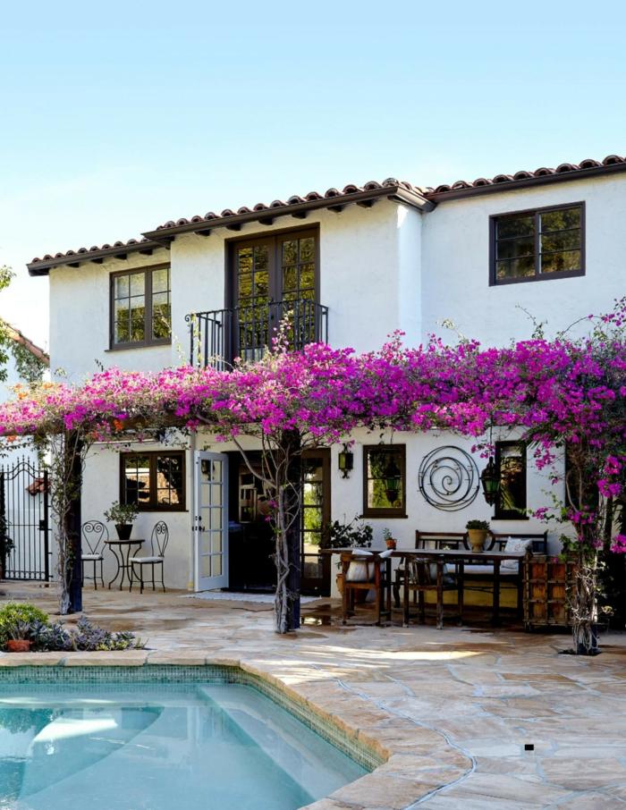 entourage piscine en pierre naturelle en harmonie avec la villa au style rustique