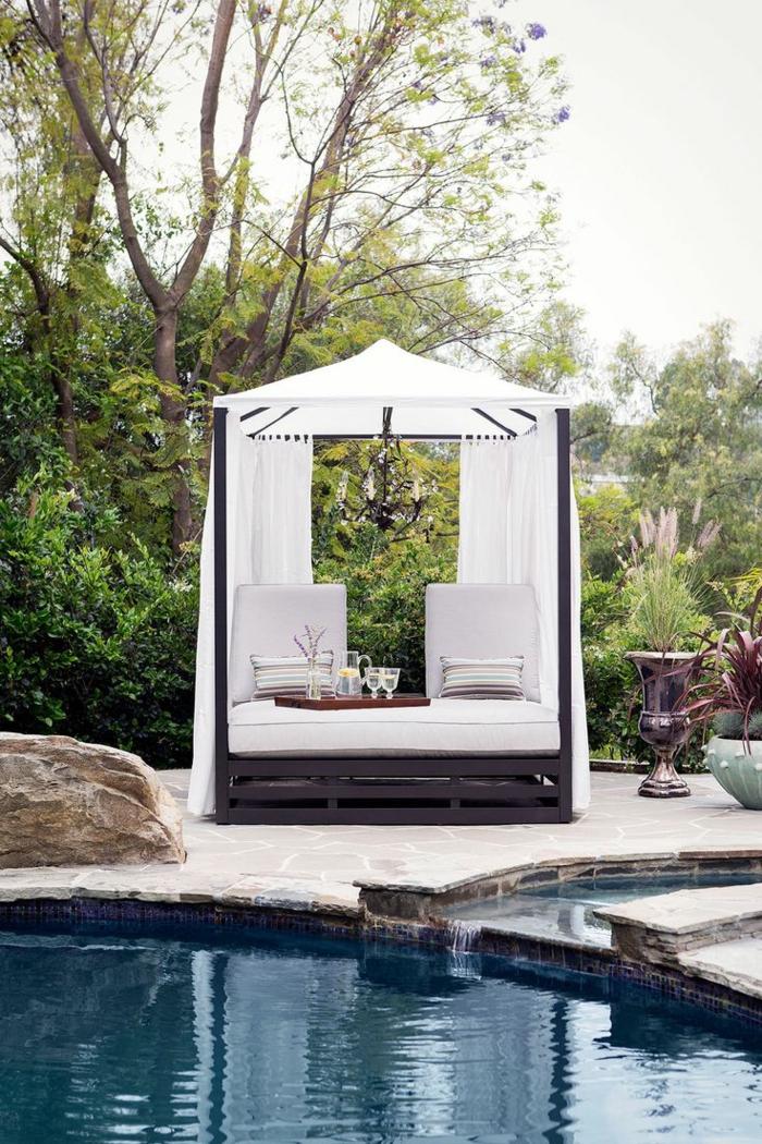 entourage piscine équipé d'un joli pergolas, des abords de piscine en pierre naturelle