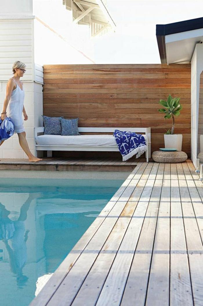 idée pour l'aménagement d'une petite piscine dans une cours intérieure, un contour piscine en bois clair