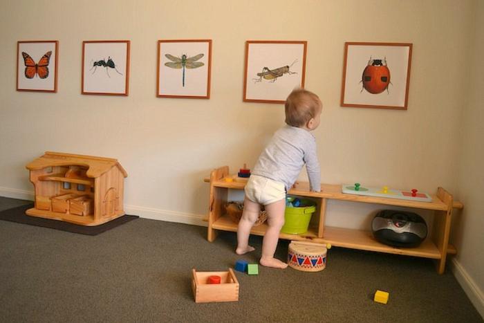 déco chambre enfant pédagogie montessori, tapis gris, meuble de rangement en bois, maisonnette en bois jouets, deco murale dessins animaux
