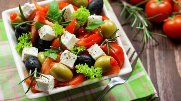 Presentation salade composée; salade de riz originale, la salade grecque