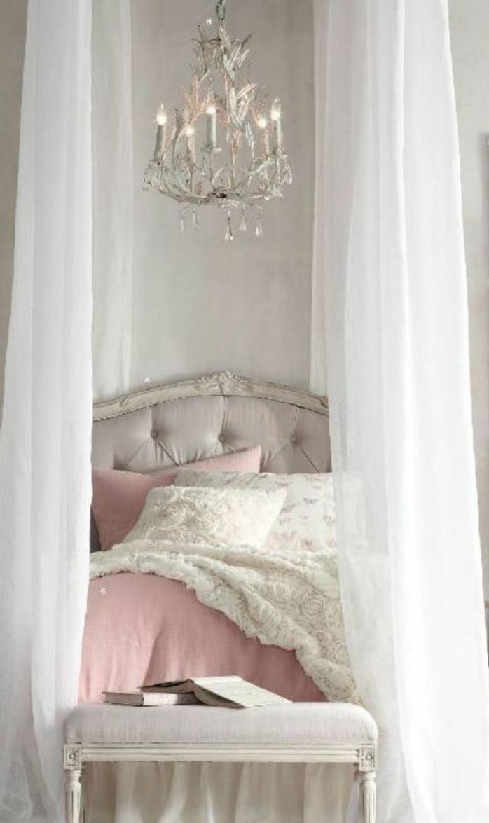 couleur mur grise, lustre design, lit baroquer gris, parure de lit en blanc et rose, bout de lit gris perle, peinture chambre adulte baroque