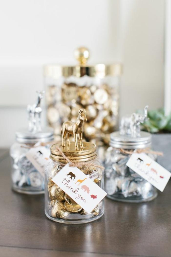 des cadeaux diy pour remercier ses invités, personnaliser des pots en verre, idées diy de décoration baby shower