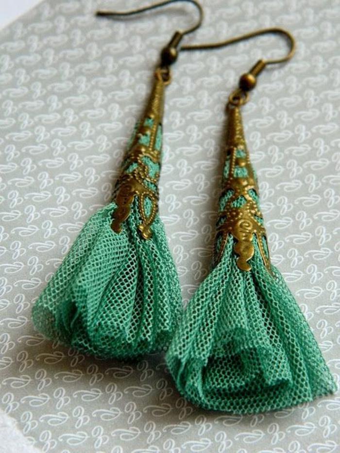 fabriquer ses boucles d'oreilles, filet turquoise et éléments métalliques