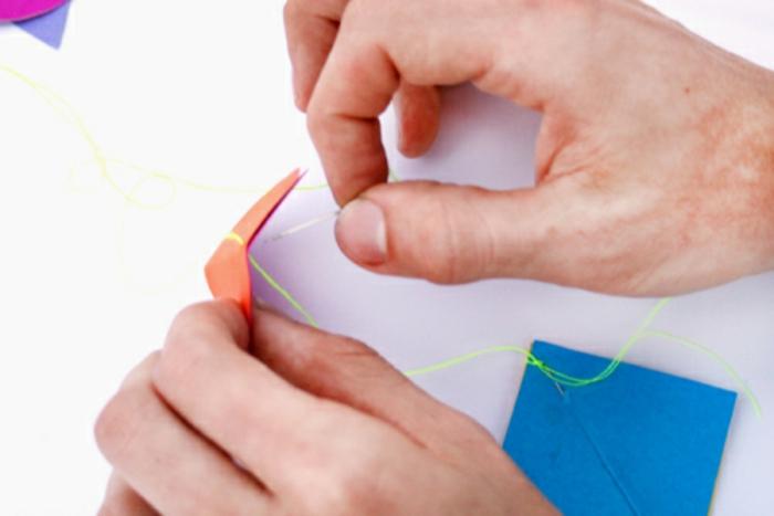 comment fabriquer un mobile bébé géométrique en papier carton coloré, idée déco pour la chambre bébé