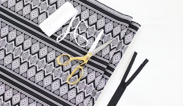 tuto pouf, outils, paire de ciseaux, fermeture éclaire, tissu blanc et noir, fil blanc