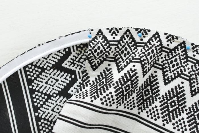 tuto pouf, cercle en tissu blanc et noir, contours blancs, épingles à coudre, fabriquer un pouf