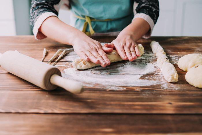 faire des brins dans la pâte à brioche, exemple de gateau pour paques a faire soi meme pour la fete de paques