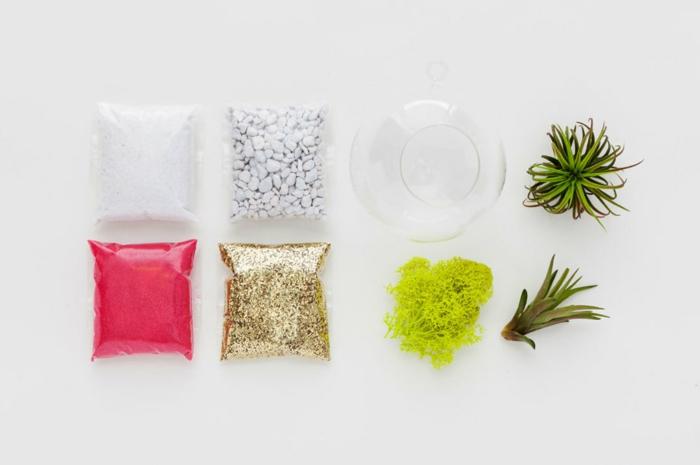 boule en verre à suspendre, sable rose, cailloux blancs, récipient en verre, faire un terrarium