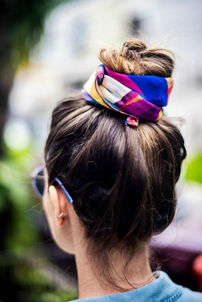 Idée coiffure cheveux long coiffure bohème chic avec foulard pour le bun chignon top knot