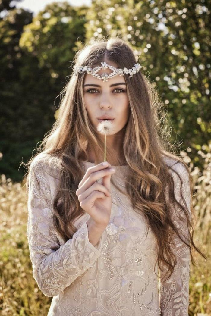 Jolie coiffure boheme mariage accessoire boheme longs cheveux bouclés à la fin