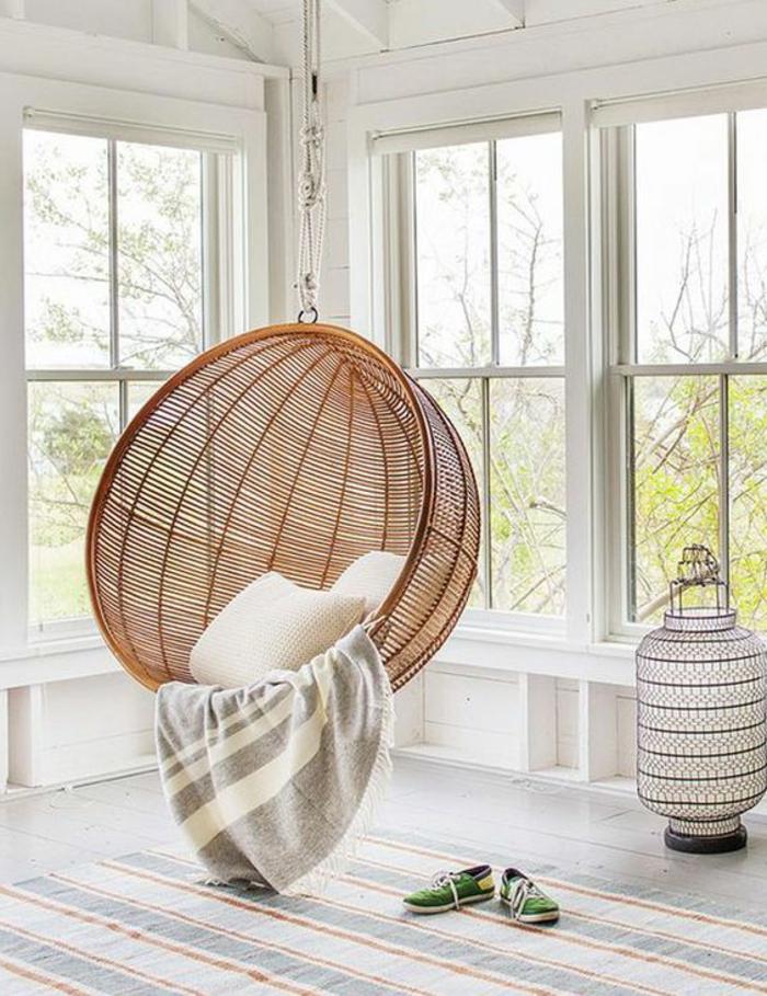 fauteuil balancelle, chaise boule en rotin, fenêtres, jolie lanterne blanche
