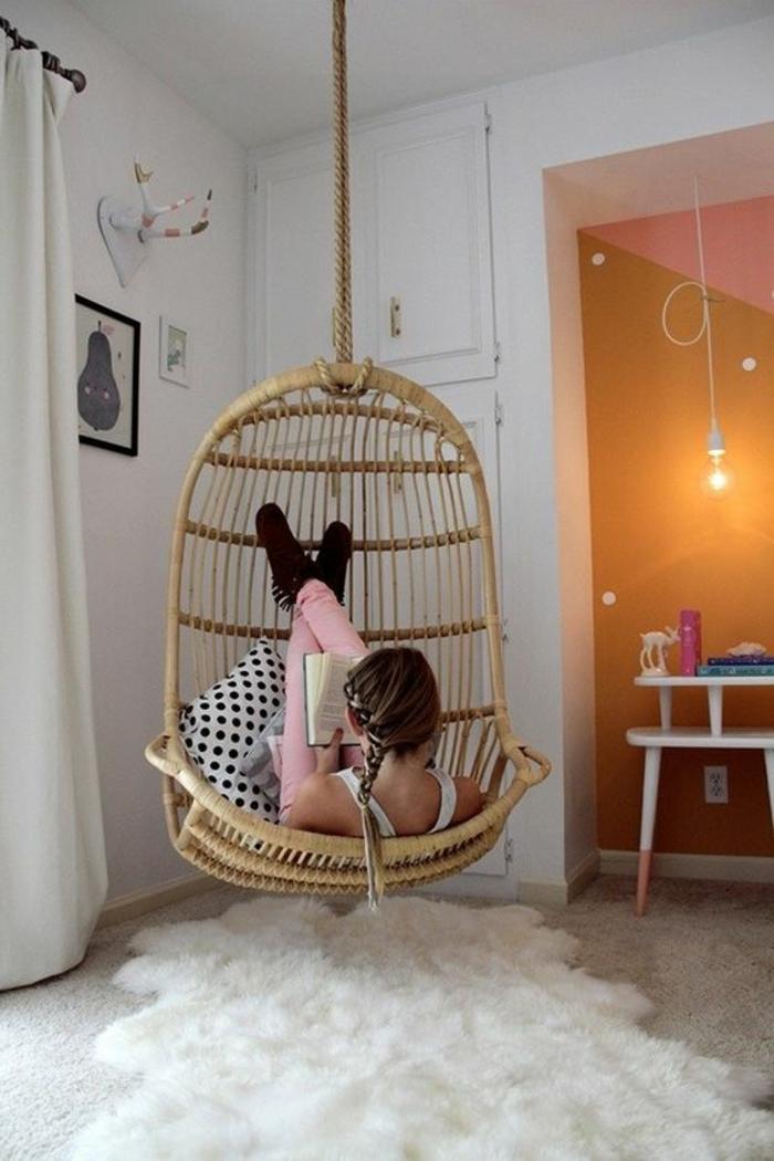 fauteuil balancelle en rotin et en osier, place de détente et de relaxation