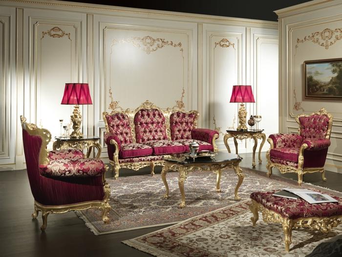 salon baroque, murs blancs avec déco dorée, plancher en bois foncé, meubles de charme, plafond noir