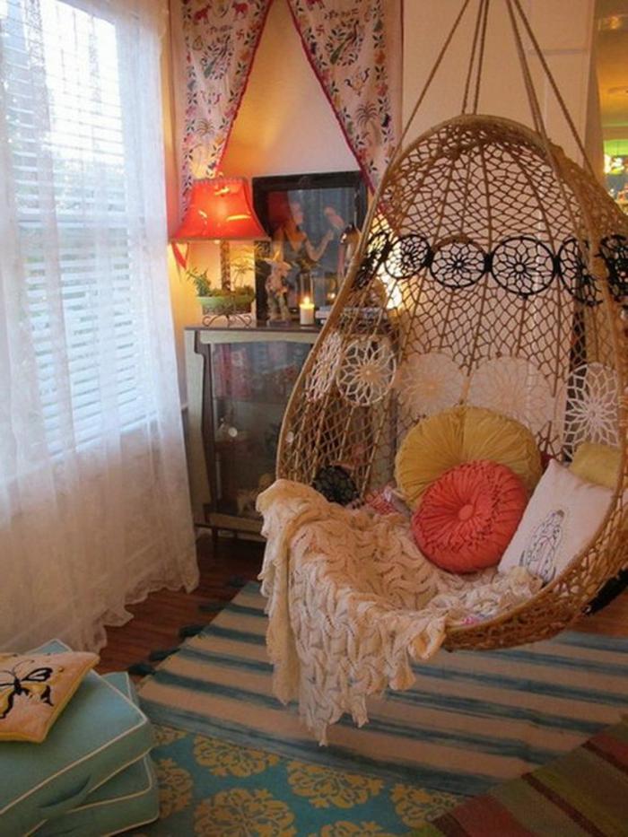 fauteuil oeuf suspendu, modèle boho, tapis à rauyres, lampe abat-jour