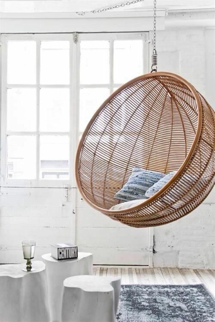 fauteuil suspendu interieur, chaise bulle en rotin et intérieur blanc