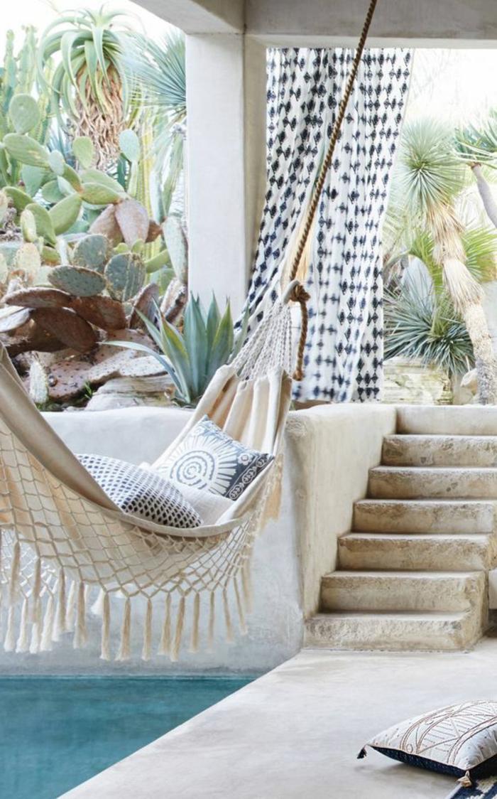 fauteuil suspendu interieur, hamac blanc et escalier, une ambiance jungle