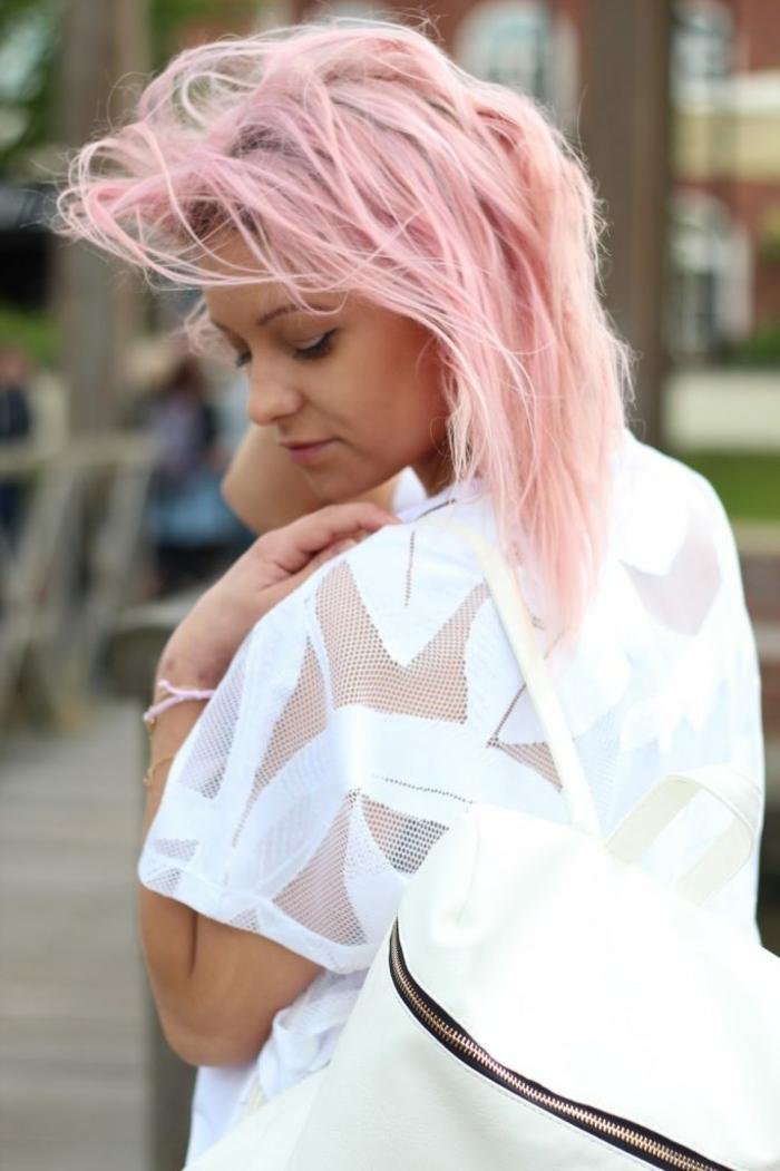 coloration cheveux rose pastel, chemise blanche sans manches, cheveux mi-long