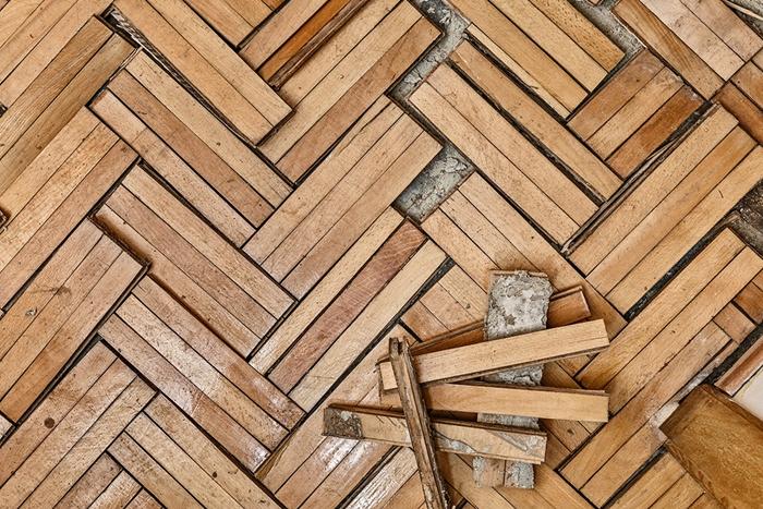 home staging conseils, parquet en bois, réparation de plancher, trous dans le parquet
