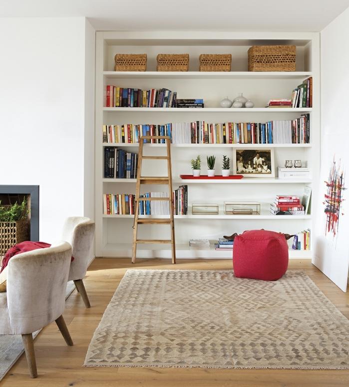 home staging expert, rénovation du salon, fauteuil en velours gris pâle, tapis beige, parquet en bois