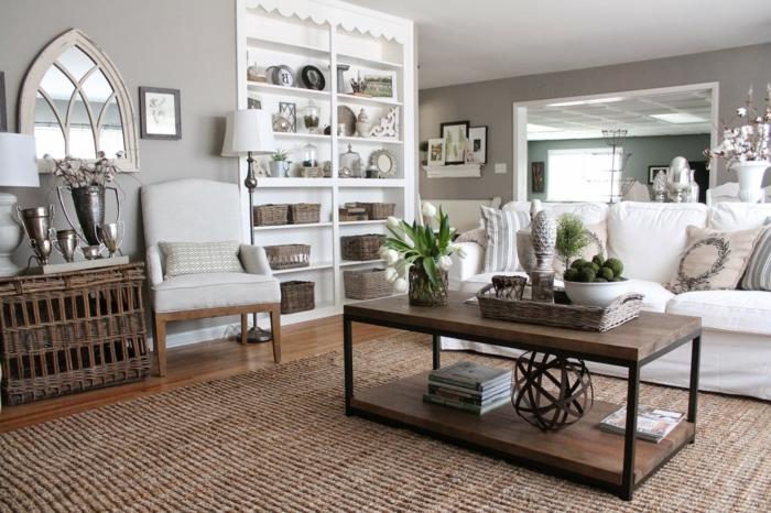 home staging, murs du salon en taupe poudré, canapé blanc, parquet en bois, cadre de photo gris