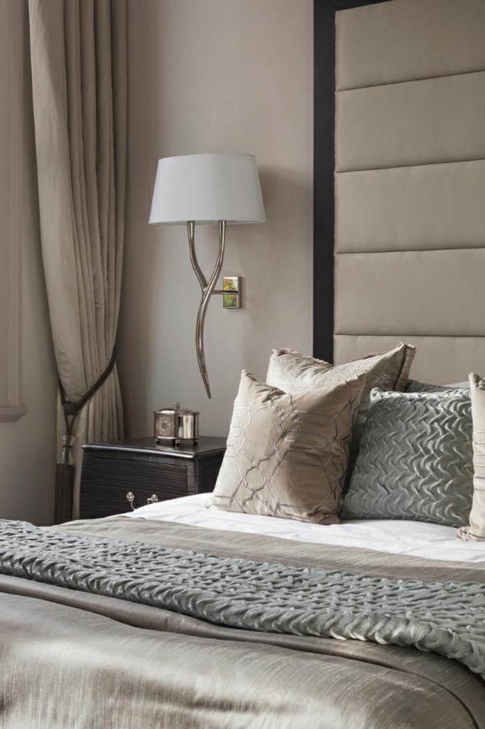 home staging expert, chambre à coucher en neutre, grande tête de lit en beige et noir, rideaux longs
