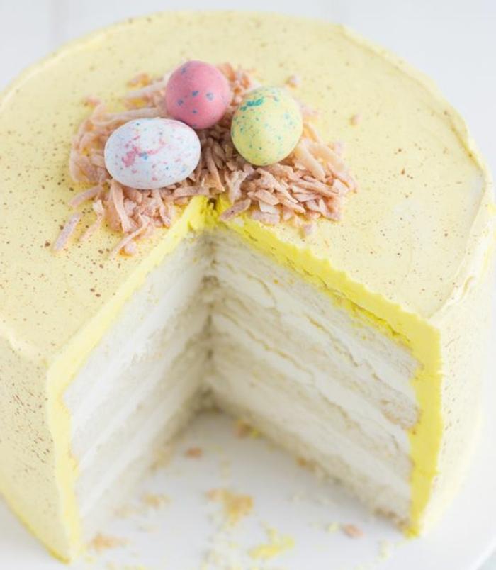 gateau paques au citron et coco à plusieurs étages, dessert frais, oeufs au chocolat colorés, dessert paques