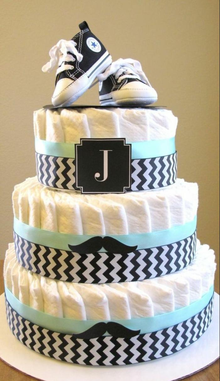un gâteau de couches original pour une baby shower garçon