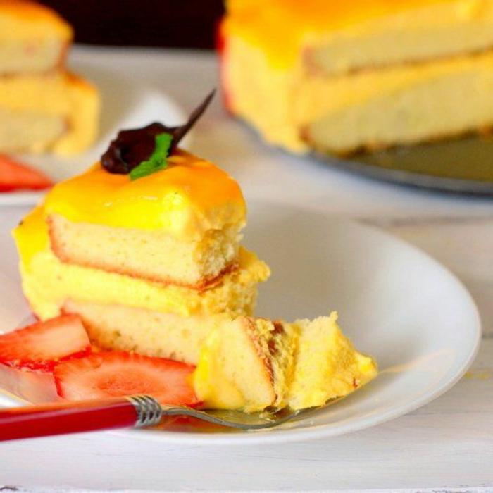 gâteau sans oeufs savoureux à la mangue garni de fraises