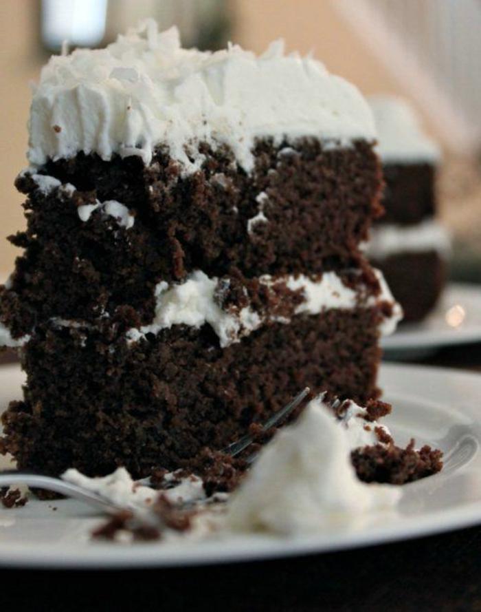 gâteau sans oeufs noir à la crème blanche, un dessert de deux étages