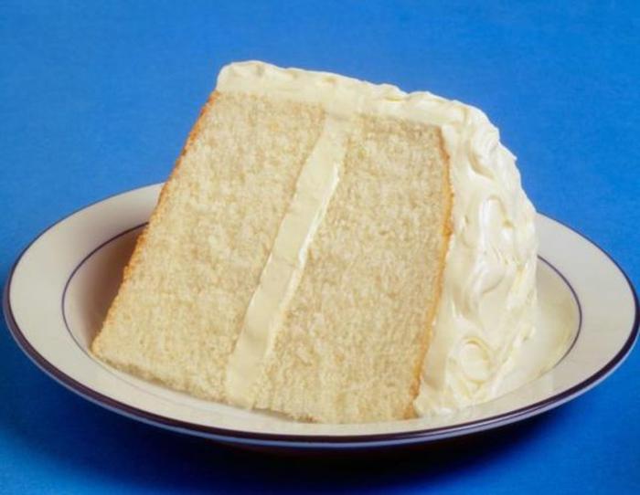 gâteau sans oeufs, gâteau blanc servi dans une assiette blanche