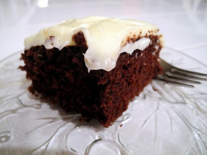 gâteau sans oeufs, brownie glacé de crème blanche, dessert tentant et sain