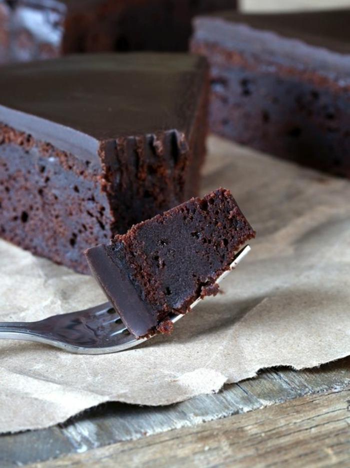 gâteau sans oeufs, dessert à la texture ferme et avec glaçage servi sur un papier simple