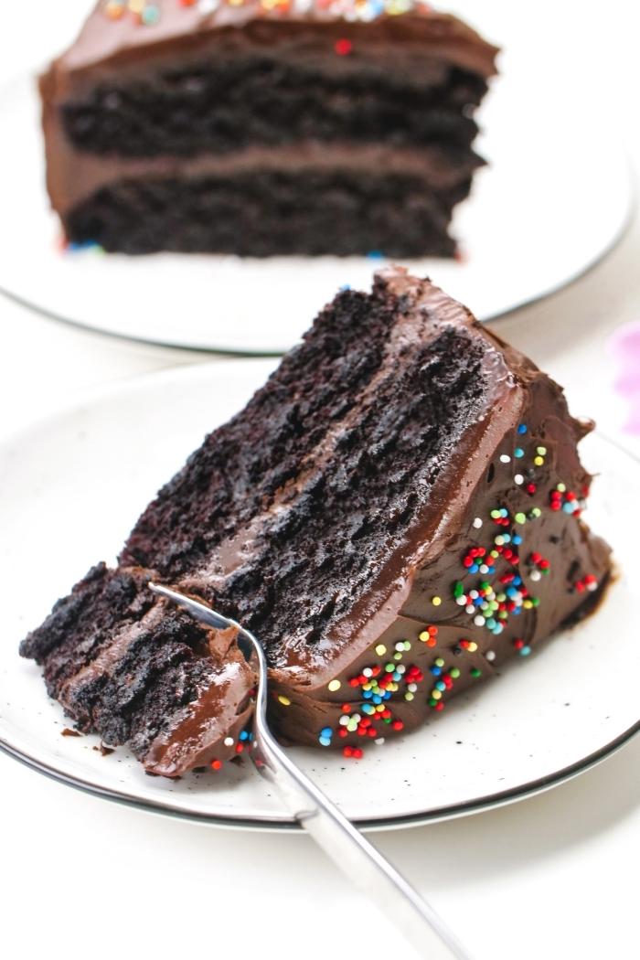 morceau de gâteau fait maison au chocolat noir, idée recette gateau sans oeuf, exemple dessert sans oeufs au chocolat