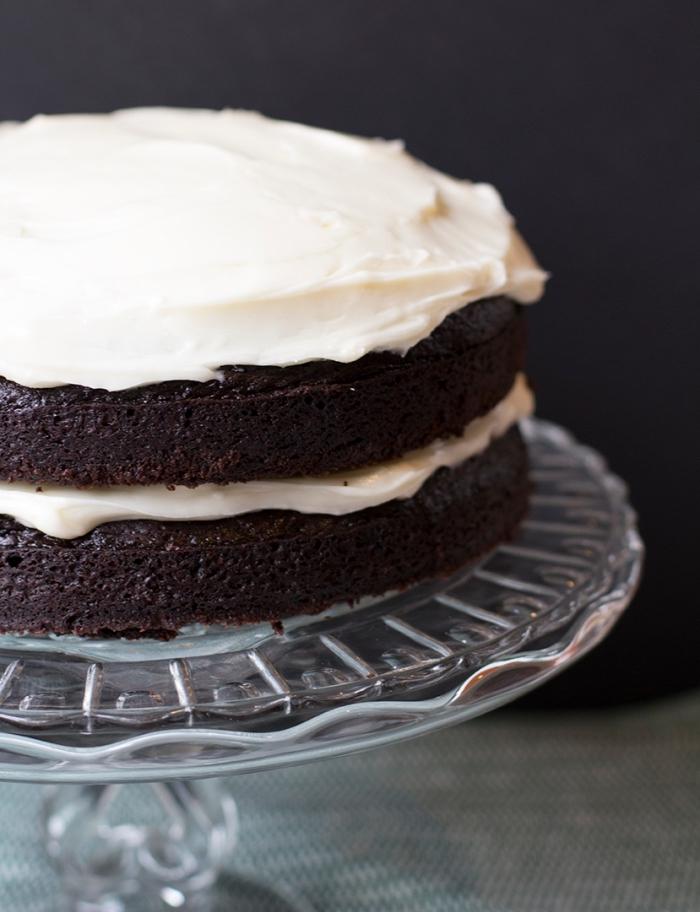 recette gateau chocolat sans oeuf, comment faire un gâteau en layers chocolat et crème blanche, dessert facile sans oeufs