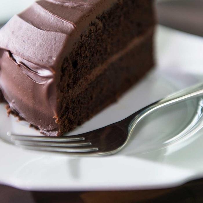 recette gâteau sans oeufs au chocolat, dessert facile et rapide sans oeufs au chocolat, morceau gâteau chocolat fait maison