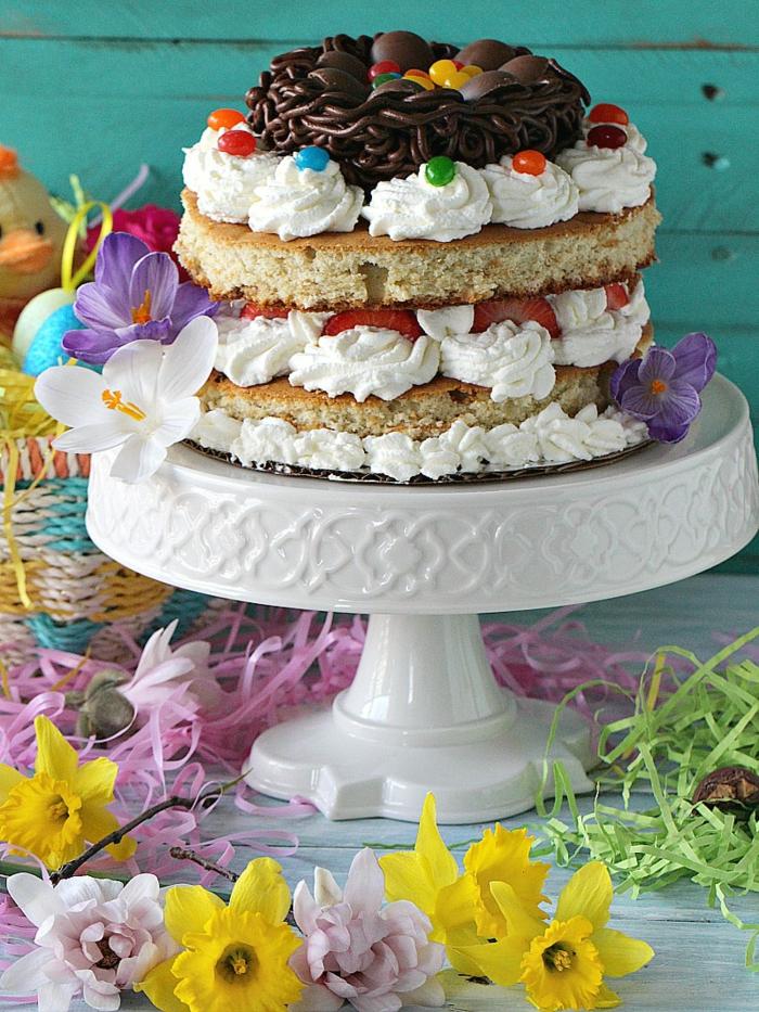 gateau de paques à la crème, fraises et chocolat, idée de dessert de paques pour surprendre vos proches avec un repas de paques spécial
