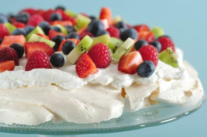 gateau de paques pavlova aux fraises, kiwi et myrtilles, recette facile à faire, topping de fraises, myrtilles et kiwi